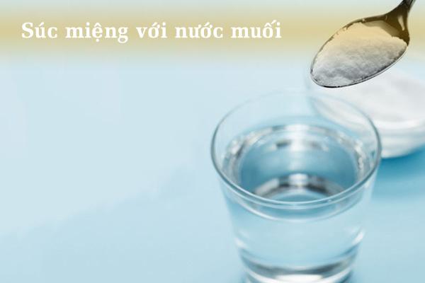 Súc miệng với nước muối chữa đau họng