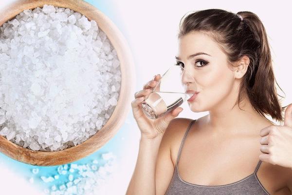 Súc miệng bằng nước muối sinh lý
