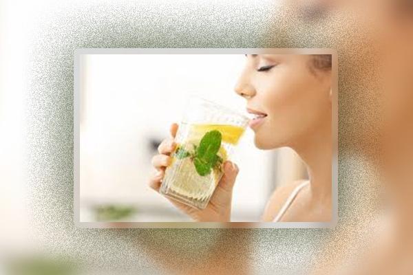 Uống nước chanh tươi làm giảm cơn đau cổ họng